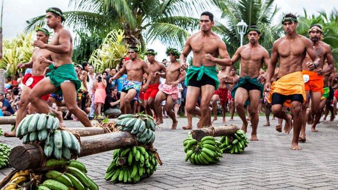 Départ d'une course de porteurs de fruit