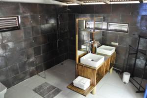 Coconut Lodge of Rangiroa - Bathroom of the Lagoon view bungalow