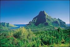 Le Mont Rotui et la baie d'Opunohu à Moorea