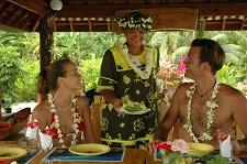 A la table de la pension Papahani de Maupiti
